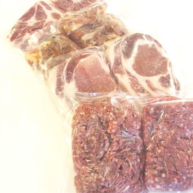 サイボク 豚肉を密封保存袋に入れる